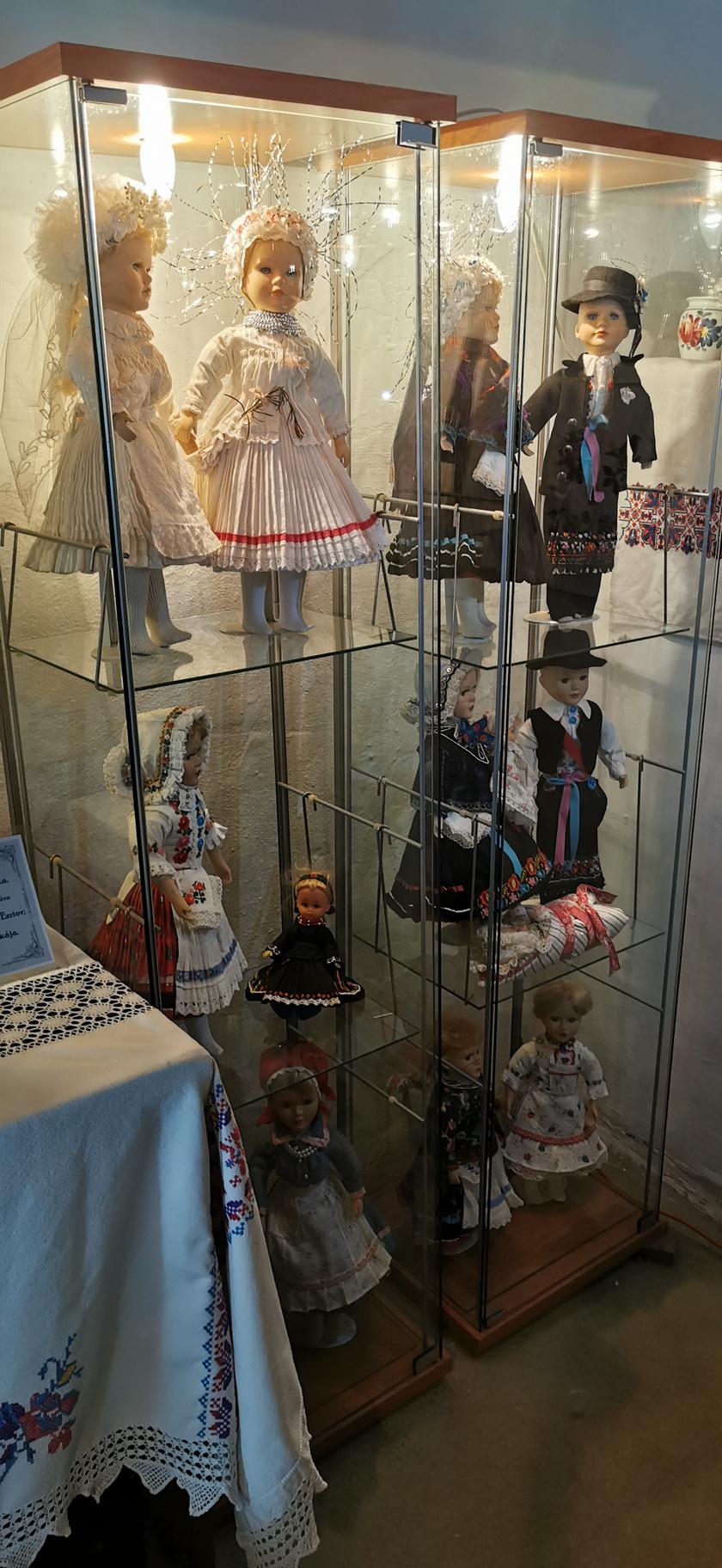A Tájház, Alkotóház és a Viselettörténeti Babamúzeum állandó kiállításán megismerhetik az érdeklődők a helyi hagyományokat és a palóc viselet változásait a történelem során.
