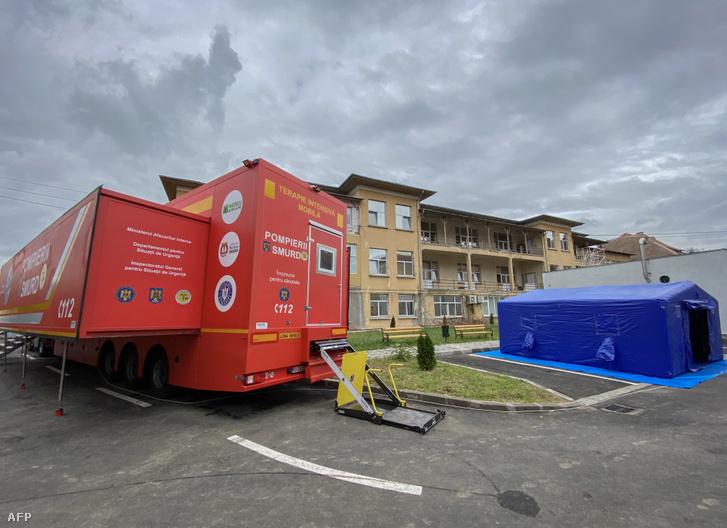 Mobil intenzív osztályt a temesvári Victor Babes járványkórház udvarán