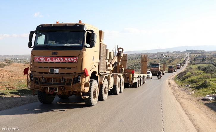 Török katonai konvoj halad az északnyugat-szíriai Idlib tartomány keleti részében 2020. február 20-án