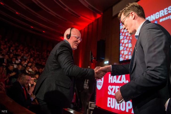 Karácsony Gergely, a Párbeszéd társelnöke (j) és Frans Timmermans, az Európai Szocialisták Pártjának csúcsjelöltje, az Európai Bizottság alelnöke kezet fog az MSZP kongresszusán, ahol a párt európai parlamenti (EP-) listájáról és választási programjáról döntenek a Villányi úti Konferenciaközpontban 2019. február 16-án.