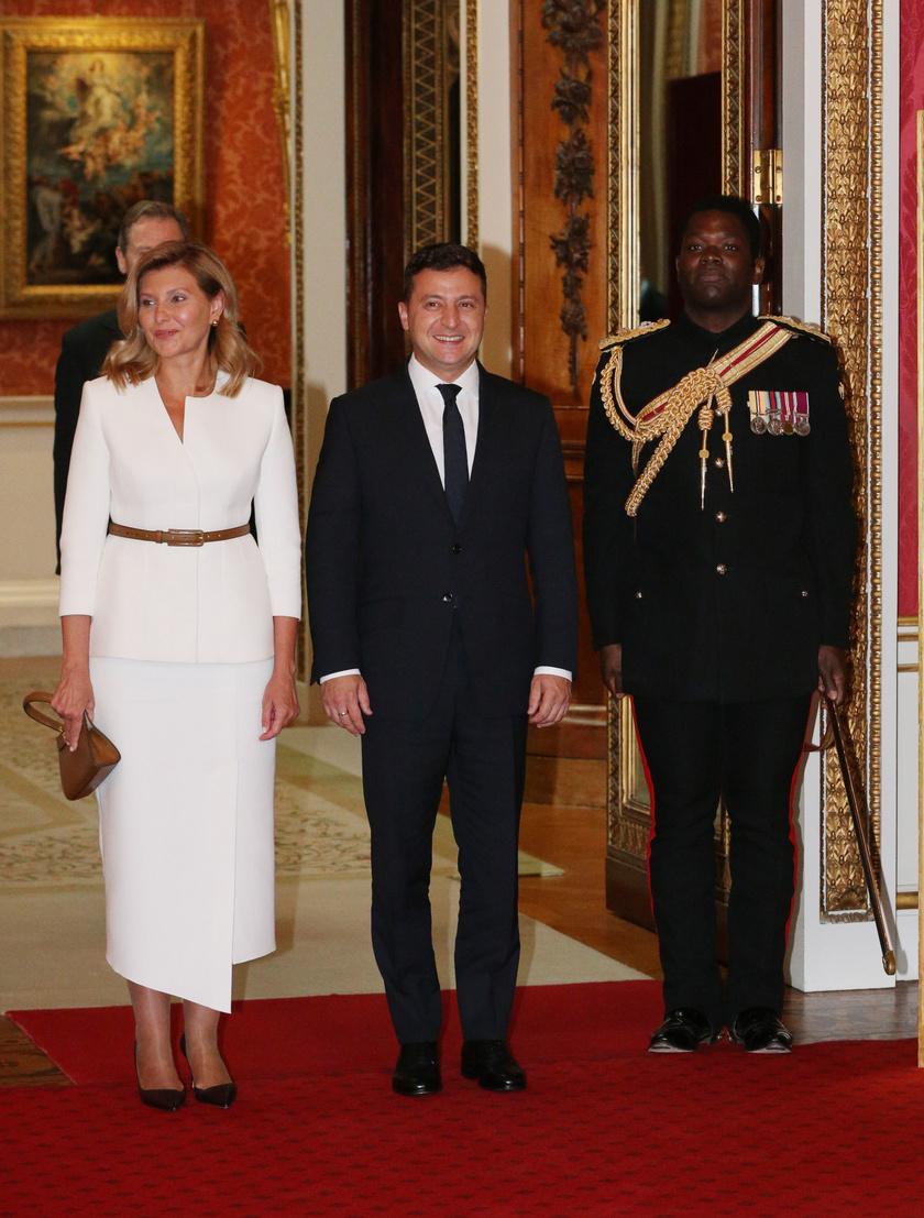 Olena Zelenszka egy gyönyörű, hófehér ruhában találkozhatott a hercegi párral a Buckingham-palotában.