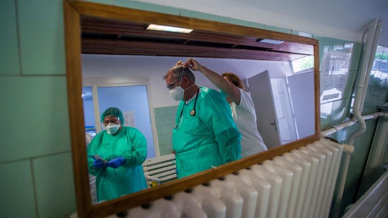 Csaknem 900 halottja van már a koronavírus-járványnak idehaza