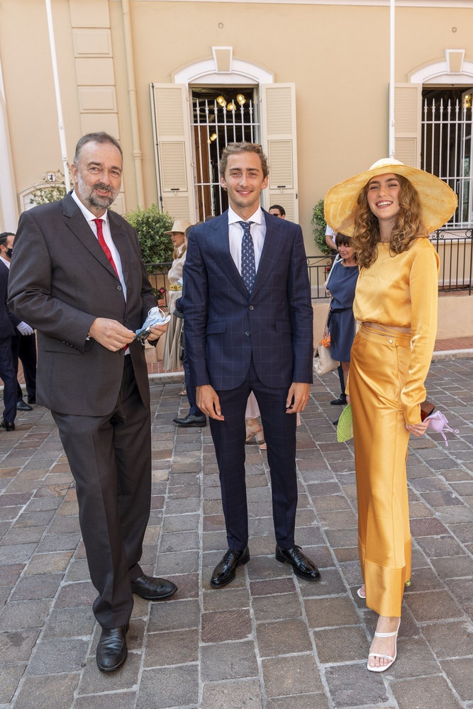 Ottó fia, az 59 éves Károly,  aki csak azért tehette be a lábát Ausztriába, mert apja, Ottó véglegesen lemondott minden trónigényéről