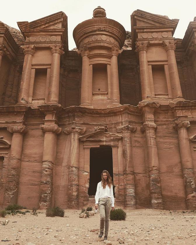 Emellett imád utazni is, kalandjairól Insta-oldalán is lelkesen beszámol