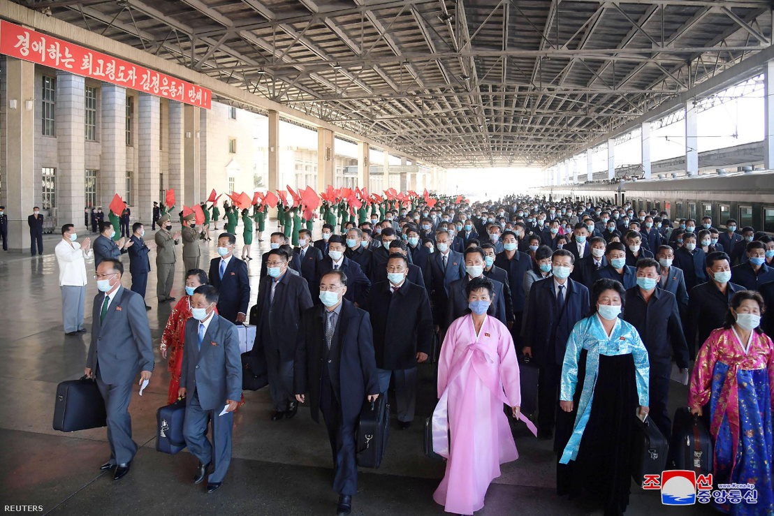 Emberek érkeznek a phejnani vasútállomásra a WPK alapításának 75. évfordulójára 2020. október 5-én