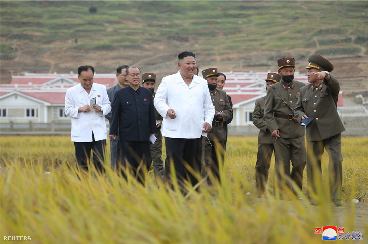 Kim Dzsongun megtekinti a Kimwha megyei újjáépítést 2020. október 1-én