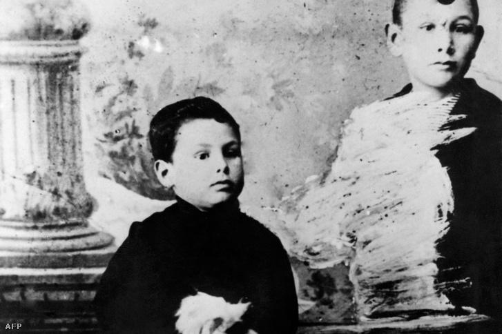 Juan Peron pózol egy fiatalabb fiúval, vélhetően öccsével Tomasszal