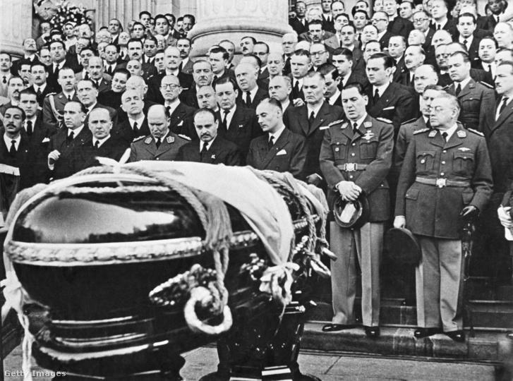 Eva Perón temetése 1952. augusztus 10-én. Az első sorban jobbról a második Juan Perón