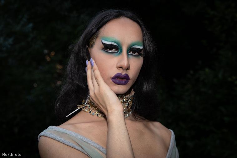 A fotós előtte/utána képeket is készített a transzvesztita fellépőkről,...