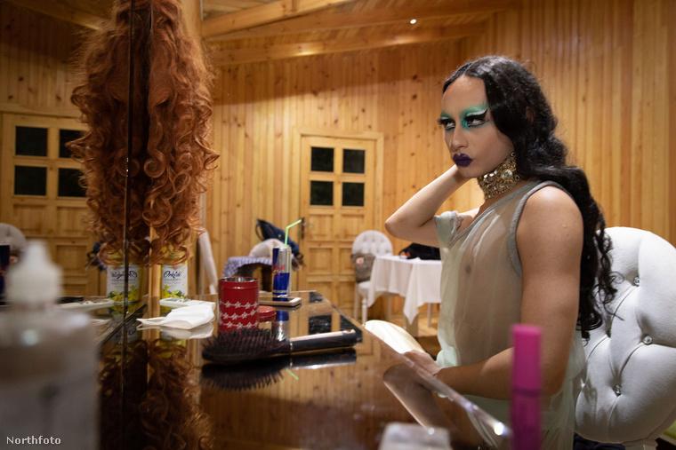 A tükör előtti polcokon és asztalon a parókától kezdve a sminkig, műszempillákig mindent megtalálni