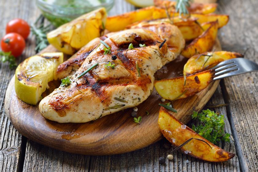 Tökéletesen szaftos, omlós csirkemell zöldfűszerekkel: ezekre figyelj sütéskor