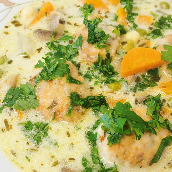 Sűrű, tejszínes csirkeraguleves sok zöldséggel: a húsból fűszeres gombócok készülnek
