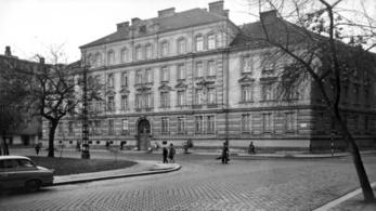 Hatalmas faldarabok zuhantak le, a Radetzky-laktanya bontása az autókat sem kímélte