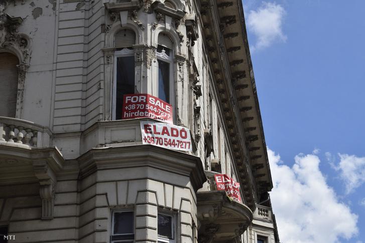 Eladó lakást hirdető feliratok a Kossuth Lajos és a Városház utca saroképületén