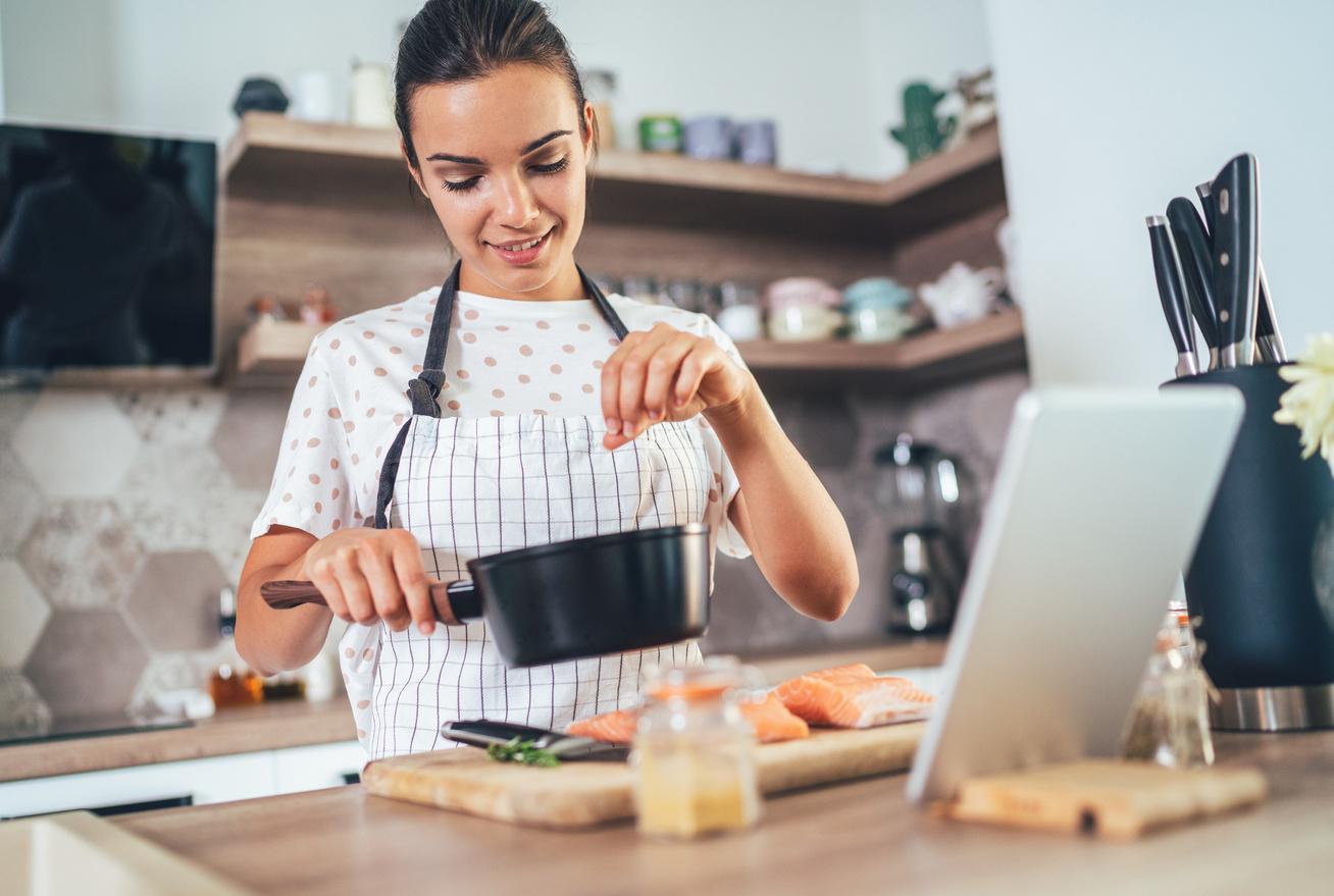 nő főz fűszerezés fűszer főzés