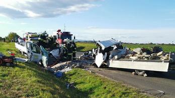 Négyen szorultak a járművekbe, miután két kisteherautó ütközött Vas megyében