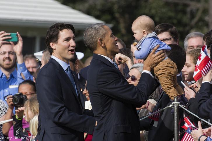 Egy újszülöttnek minden féknyúz új: Justin Trudeau és Barack Obama felváltva imázsfotózkodnak éppen