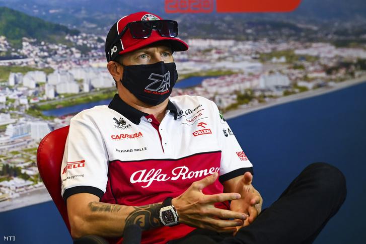 Kimi Räikkönen az Alfa Romeo finn versenyzõje a Forma-1-es autós gyorsasági világbajnokság Orosz Nagydíjának otthont adó Szocsi Autodrom versenypályán rendezett sajtótájékoztatón 2020. szeptember 24-én. A futamot szeptember 27-én rendezik.
