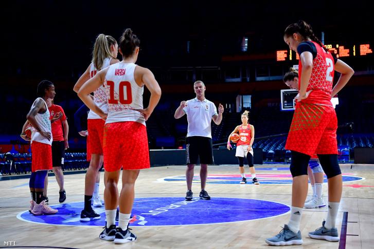 Székely Norbert szövetségi kapitány (k) a magyar válogatott edzésén a nõi kosárlabda Európa-bajnokság szünnapján a Belgrád Arénában 2019. július 5-én.