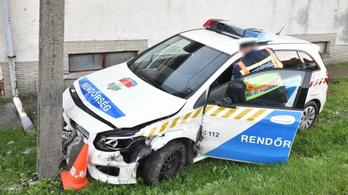 Szirénázó rendőrautó elé hajtott egy kocsi Szombathelyen
