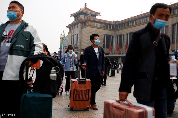 Emberek a pekingi vasútállomáson 2020. október 9-én