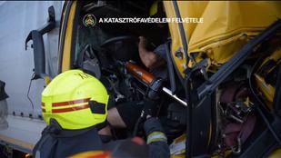 Videó: a saját lábán jött ki az összetört teherautóból