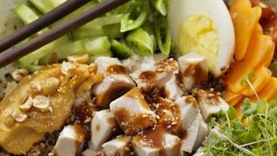 Ez a csirkesaláta most kínai hangulatban készült, nem is bántuk meg