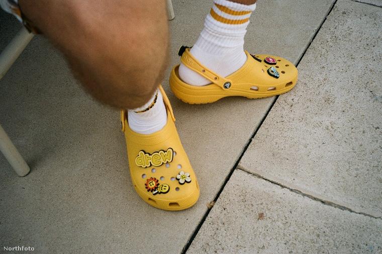 Bieber a Crocs márkával állt össze, hogy létrehozzák a Justin Bieber x Crocs nevet viselő, fotónkon is látható citromsárga gumiklumpát, ami nemcsak a fehér zoknihoz,..
