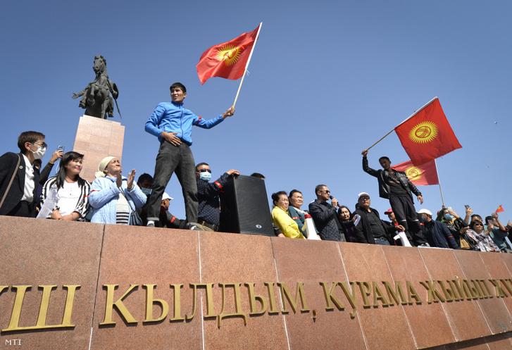A kirgiz parlamentbe be nem jutott ellenzéki pártok támogatói tiltakoznak a parlamenti választások eredménye ellen Biskek kormányzati negyedében 2020. október 5-én.