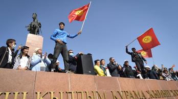 A kormányfő után az elnök is kész lemondani Kirgizisztánban