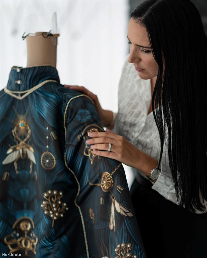 A méregdrága, kézzel készített estélyi ruhát egy Debbie Wingham nevű, a sztárok körében ismert tervező készítette, aki több mint 4000 gyémántot  és 1000 gyöngyöt tűzött fel a ruha palástjára