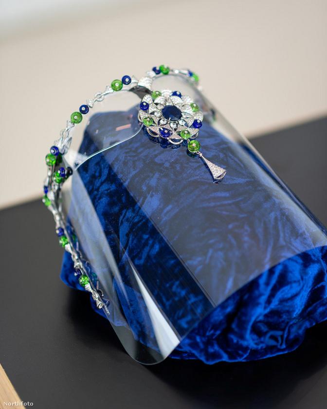A csomagban gyémántkarkötőt, egy gourmet fogásokat, márkás ruhákat és egy különleges füstölőt is csomagolt