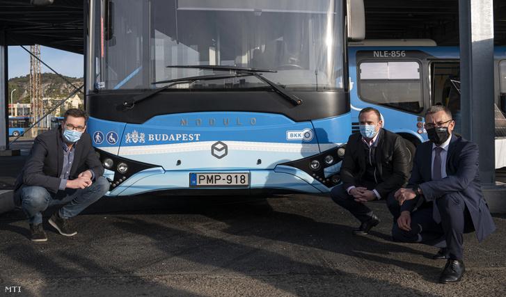 Karácsony Gergely fõpolgármester (b) Dorosz Dávid fõpolgármester-helyettes (j2) és Bolla Tibor a BKV Zrt. vezérigazgatója a BKV egyik maszkos buszánál amellyel az utazók figyelmét hívják fel a koronavírus-járvány miatti maszkhasználat fontosságára a BKV kelenföldi buszgarázsában létesített két napelemes busztároló átadásán 2020. október 9-én. A fejlesztésnek köszönhetõen az elektromos buszok villamosenergia szükségletének 40 százalékát a társaság önerõbõl fedezni tudja. A telephelyen a napelemes rendszer 648 napelempanelból áll összteljesítménye 200 kilowatt és ez fedezi a buszgarázs éves villamosenergia igényének 9 százalékát.