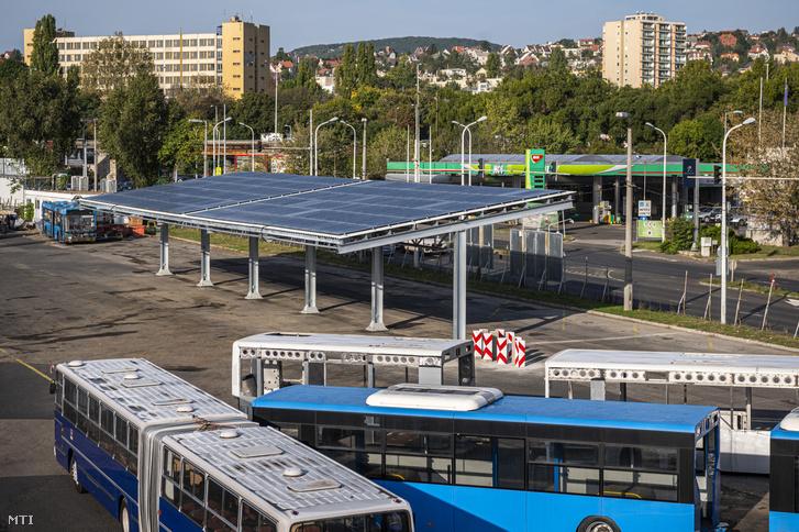 Napelemekkel borított busztároló a BKV kelenföldi buszgarázsában létesített két napelemes busztároló átadásán 2020. október 9-én. A fejlesztésnek köszönhetõen az elektromos buszok villamosenergia szükségletének 40 százalékát a társaság önerõbõl fedezni tudja. A telephelyen a napelemes rendszer 648 napelempanelból áll összteljesítménye 200 kilowatt és ez fedezi a buszgarázs éves villamosenergia igényének 9 százalékát.