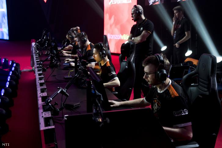 A Virtus.Pro nevű csapat a Counter-Strike Global Offensive nevű számítógépes játék döntőjében a V4 Future Sports E-sport fesztiválon a BOK Sportcsarnokban 2018. március 25-én