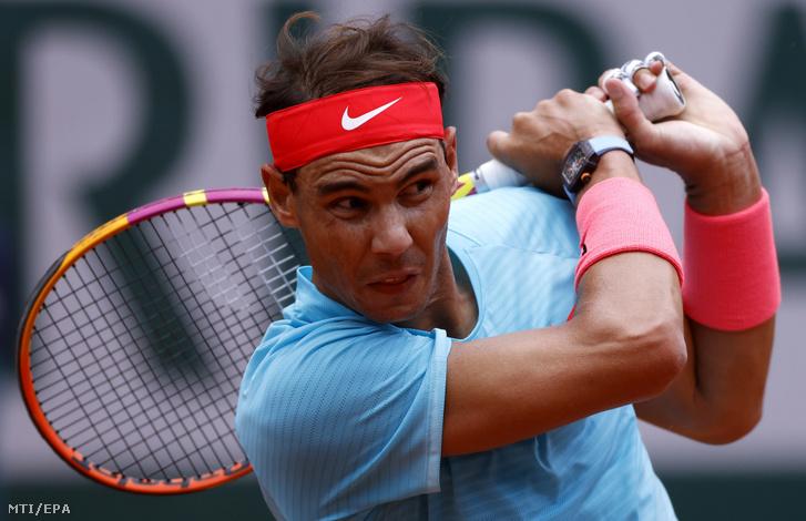 A spanyol Rafael Nadal az argentin Diego Schwartzman ellen játszik a francia nyílt teniszbajnokság férfi egyesének elődöntõjében a párizsi Roland Garros Stadionban 2020. október 9-én