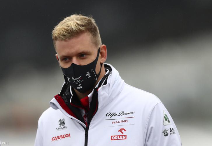 Mick Schumacher, az Alfa Romeo német versenyzője pályabejárást tart a Forma–1-es autós gyorsasági világbajnokság Eifel-nagydíjának otthont adó nürburgi Nürburgring versenypályán 2020. október 8-án. A futamot október 11-én rendezik.