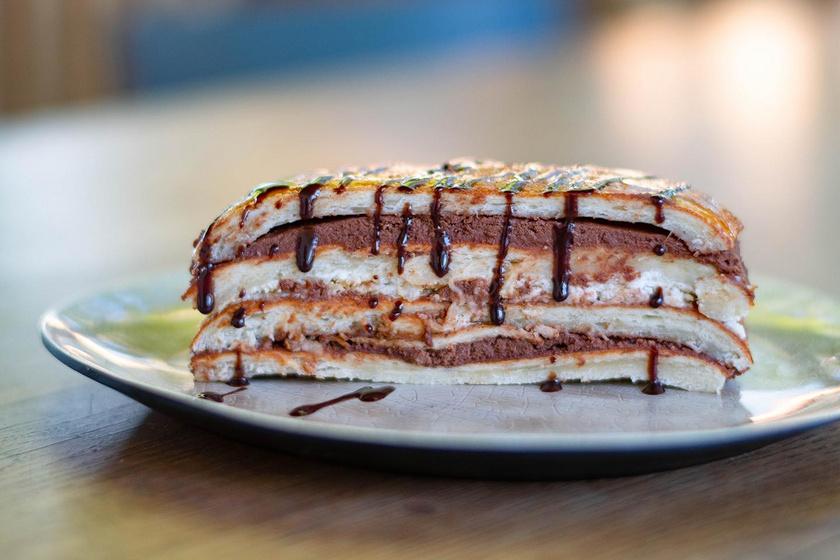 Ellenállhatatlan kürtős szelet: kürtőskalács rétegezve, csoki- és kókuszkrémmel