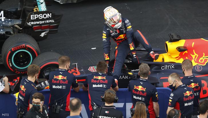 Max Verstappen a Red Bull holland versenyzõje kiszáll autójából miután második helyezést ért el a Forma-1-es autós gyorsasági világbajnokság Orosz Nagydíjának idõmérõ edzésén a Szocsi Autodrom versenypályán 2020. szeptember 26-án. A futamot szeptember 27-én rendezik.