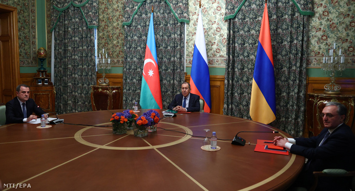 Ceyhun Bayramov, Szergej Lavrov és Zograb Mnacakanjan (balról jobbra) több mint tíz órán át tárgyalt a fegyvernyugvásról