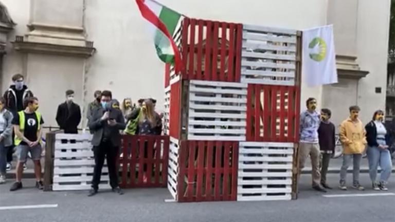 Erőddemonstráció: ezúttal a minisztérium előtt akcióztak a színművészetis diákok
