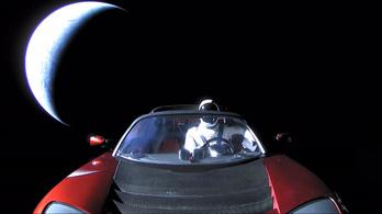 A Tesla Roadster a Mars közelében jár