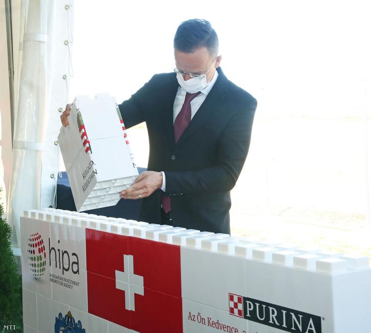 Szijjártó Péter külgazdasági és külügyminiszter a Nestlé Hungária Kft. 50 milliárd forint értékű beruházásának alapkőletételi ünnepségén a Vas megyei Bükön 2020. október 9-én.