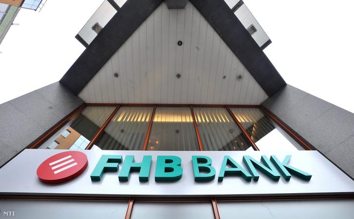 Felirat az FHB Bank egyik bankfiókjának épületén