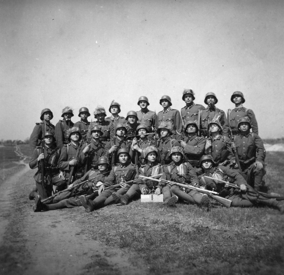 Csoportkép. Nem mindenki tért haza közülük 1943 nyarán.