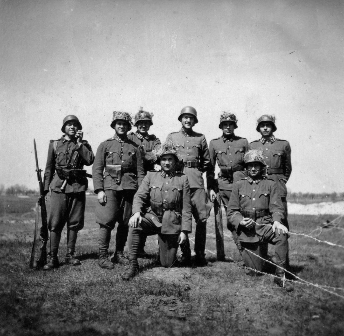 A gyakran megfelelő fegyverzet és felszerelés nélkül harcoló honvédek ezrei szenvedtek és vesztek oda.