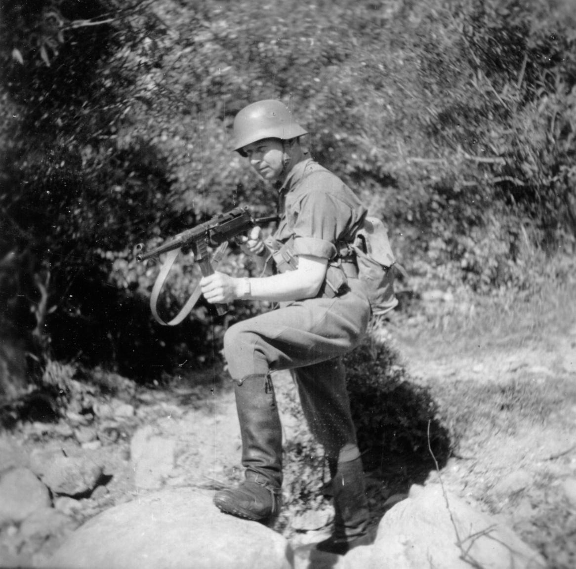 A 32/9 puskásszázad III. szakaszának parancsnoka, Csáky Kálmán hadapród őrmester, kezében 40M Schmeisser géppisztollyal.