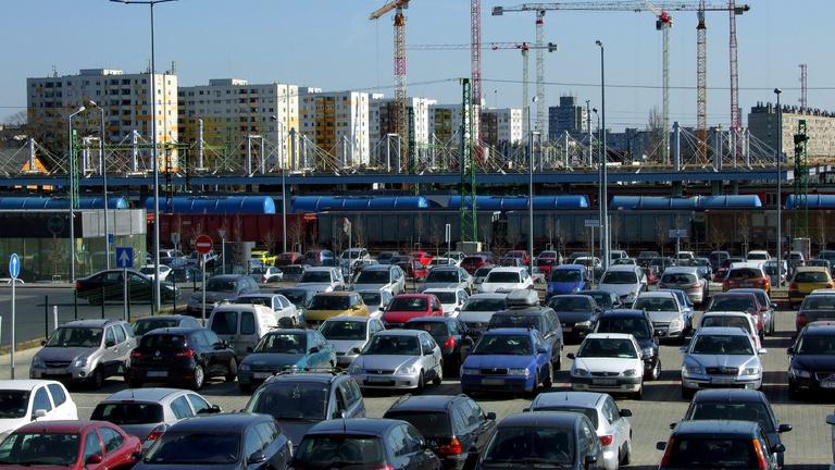 Több ezer P+R parkolóval és B+R tárolóval javítana az elővárosi közlekedésen a kormány