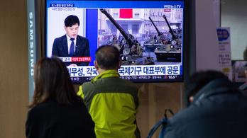 Ballisztikus rakétákkal, maszkok nélkül parádéztak Észak-Koreában