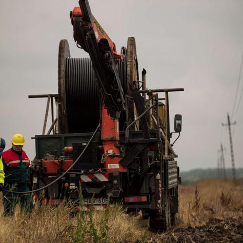 Az E.ON szakemberei Dévaványa és Túrkeve között a föld alá helyezik elektromoskábel-hálózatukat